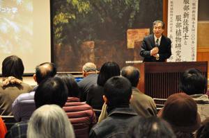 服部博士や研究所の功績について語る長谷川教授