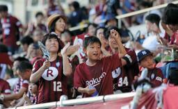 元スペイン代表のイニエスタ選手のJリーグデビュー戦。子どもたちも目を輝かせて声援を送った=2018年7月22日、ノエビアスタジアム神戸(撮影・大山伸一郎)