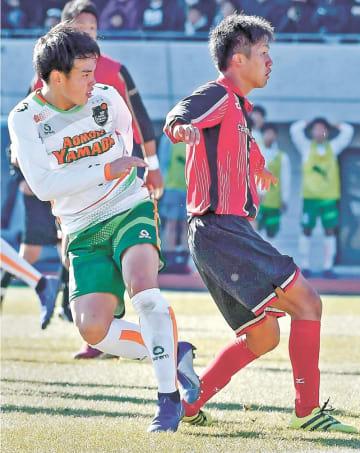 青森山田-矢板中央 後半26分、青森山田・二階堂(左)が左足で勝ち越しのゴールを決める=等々力陸上競技場