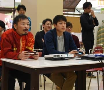 eスポーツに熱中する参加者