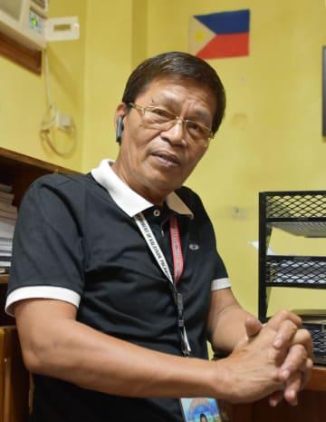 フィリピン・パラワン島プエルトプリンセサで、取材に応じるカラヤアン町のデルムンド町長=2018年12月(共同)