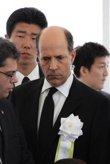 式典会場で硬い表情を崩さなかったルース駐日米大使=長崎市、平和公園