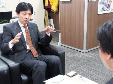 インタビューに答える中島伸幸区長