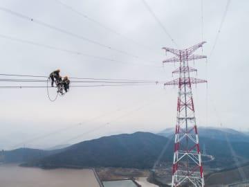世界一高い送電鉄塔の架線作業が完了 浙江省舟山