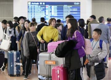 年末年始を海外で過ごし、帰国した人たちで混雑する羽田空港国際線ターミナルの到着口=6日午後