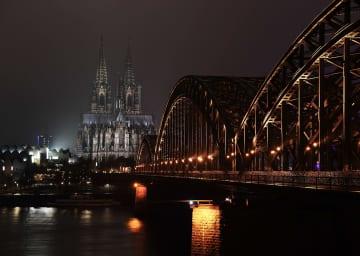 雨に映える夜のケルン大聖堂