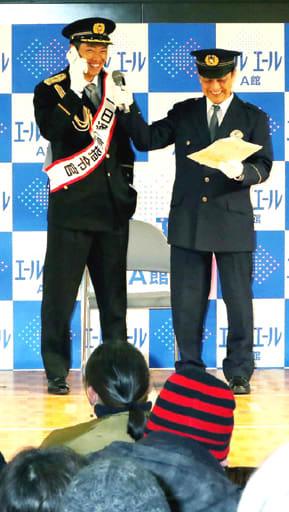 寸劇で110番する目撃者役を務める中村選手(左)