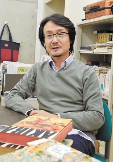 [カン・ジュン]1966年韓国・大邱生まれ。87年来日。筑波大大学院歴史・人類学研究科修了。文学博士。専門は民俗学、文化人類学。紙芝居や人形芝居を研究する。2011年から現職。京都精華大マンガ学部長も務めた。52歳。