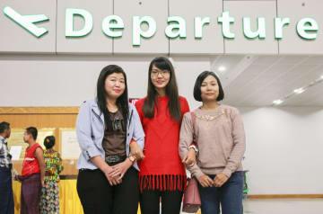 日本への出発前、空港で写真に納まるミャンマーの技能実習生のジン・ジン・モーさん(左)、ウィー・イー・ピョーさん(右)ら=6日、ヤンゴン(共同)