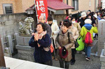 福を願い七福神を祭る寺社に手を合わせる参拝者=古河市本町の秋葉神社
