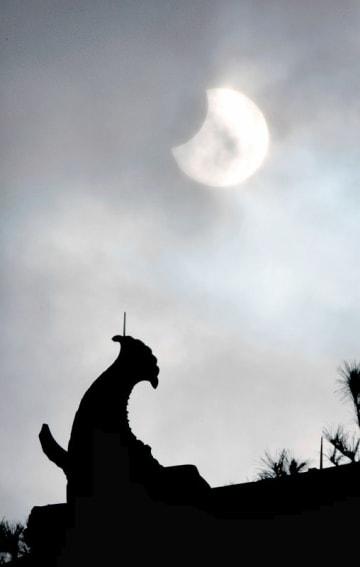 丸岡城天守の上空で薄雲がかかる中、観測された部分日食=1月6日午前10時40分、福井県坂井市丸岡町