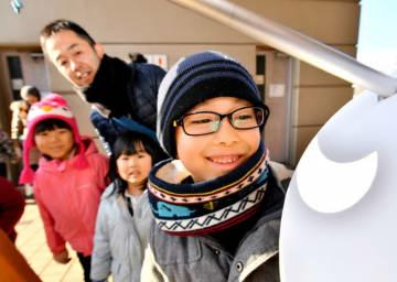 天体望遠鏡から投影された部分日食を観察する子どもたち=6日午前9時45分、盛岡市本宮・市子ども科学館