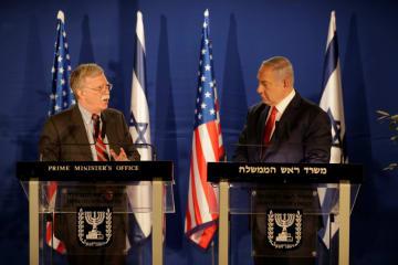 ボルトン米大統領補佐官(左)とイスラエルのネタニヤフ首相=6日、エルサレム(ロイター=共同)