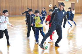 子どもたちと一緒にプレーを楽しむ元Jリーガーの賀谷さん