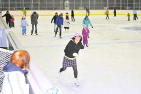 スケートを楽しむ利用者たち