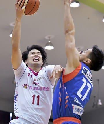 【熊本-茨城】第2クオーター、スチールからの速攻を決める熊本の福田=水戸市の青柳公園市民体育館