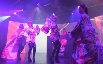日本文化と最新の音楽を組み合わせたナイトショー。夜の大阪観光充実に向けた取り組みが始まる=2018年9月、大阪市中央区