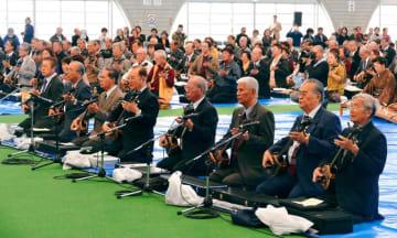 約1600人の愛好家が琉球古典音楽を奏でた合同大演奏会=6日、北谷町・北谷ドーム