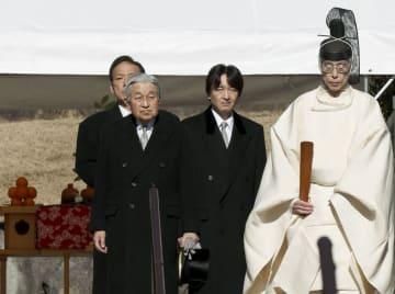 昭和天皇の武蔵野陵を参拝された天皇陛下と秋篠宮さま=7日午前、東京都八王子市