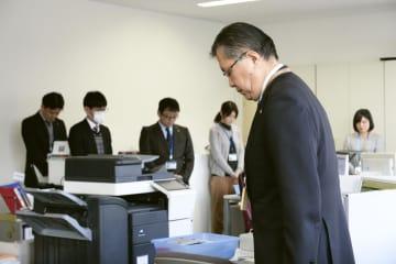 愛媛県西予市役所で始業前に西日本豪雨の犠牲者を悼み黙とうする管家一夫市長(手前)ら=7日午前
