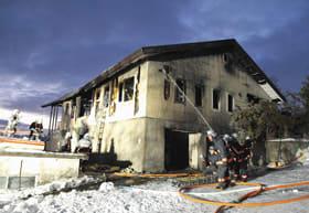 壮瞥町洞爺湖温泉の住宅火災で消火活動に当たる消防隊員=7日午前6時45分ごろ
