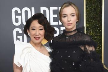 ゴールデン・グローブ賞授賞式に出席したサンドラ・オー〔左〕とジョディ・カマー〔右〕(写真:Jordan Strauss/Invision/AP/アフロ)