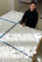 阪神・淡路大震災前の駒ケ林小学校区の模型を仲間と再現した磯村和樹さん=神戸市灘区六甲台町、神戸大学