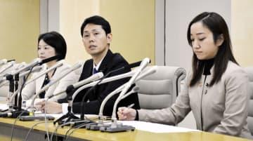 「都民ファーストの会」へ離党届を提出したことについて、記者会見する(右から)斉藤礼伊奈、奥沢高広、森沢恭子の3都議=7日午後、東京都庁