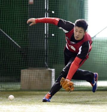 新人合同自主トレで守備練習する広島ドラフト1位の小園=広島県廿日市市