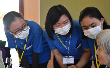 施設利用者と会話を楽しむ(左から)ハニ、セラ、アティさん