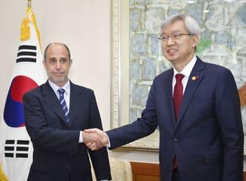 握手する国連のキンタナ特別報告者(左)と韓国外務省の李泰鎬第2次官=7日、ソウル(共同)