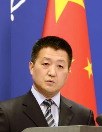 記者会見する中国外務省の陸慷報道局長=7日、北京(共同)