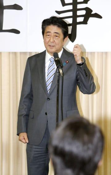 自民党の新年仕事始めの会合であいさつする安倍首相=7日午後、東京・永田町の党本部
