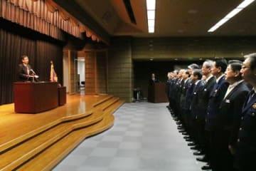 職員を前に年頭訓示する花岡和道県警本部長=7日、県庁講堂