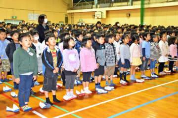 3学期の始業式で元気に校歌を斉唱する子どもたち=7日午前、西都市・妻北小