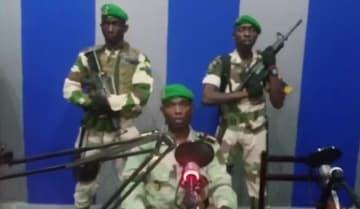 ガボンの国営放送でクーデターを宣言する兵士=7日(AP=共同)