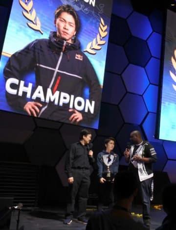 優勝カップを手に、インタビューを受ける金森さん(中)