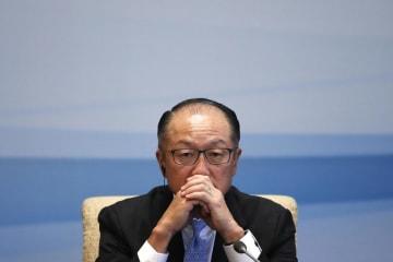 記者会見する世界銀行のキム総裁=2017年9月、北京(AP=共同)