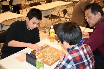 大会で優勝した女鹿紘喜君(左)=水戸市泉町