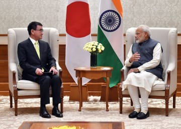 インドのモディ首相(右)と会談する河野外相=7日、ニューデリー(外務省提供・共同)