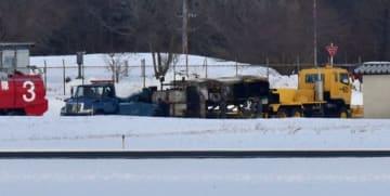 滑走路の外側に撤去された除雪車=7日午前9時15分ごろ