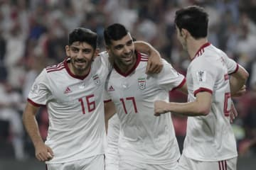 得点を喜ぶイランのタレミ(中央)ら=7日、アブダビ(AP=共同)