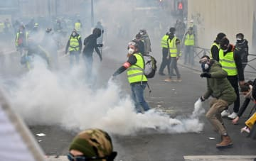 警察と衝突する黄色いベストを着たデモ参加者ら=5日、パリ(ゲッティ=共同)
