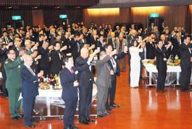 山本町議会議長の祝杯の音頭で乾杯する参会者たち