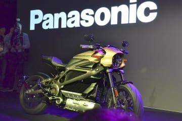 パナソニックが通信機器を提供するハーレーダビッドソンの電動バイク=7日、米ラスベガス(共同)