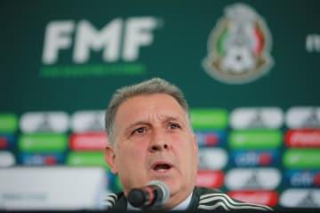 メキシコ代表監督に就任し、記者会見するヘラルド・マルティノ氏=7日、メキシコ市マーク
