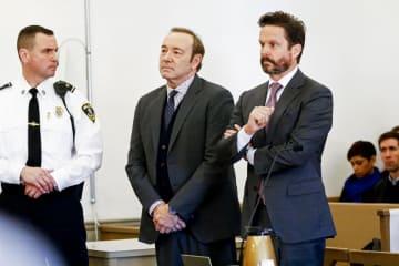 7日、米東部マサチューセッツ州の裁判所に出廷した俳優ケビン・スペイシー容疑者(中央)(ゲッティ=共同)