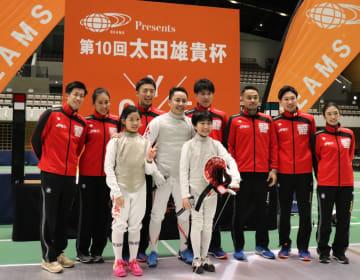 小学生の男女王者と記念撮影に収まる太田雄貴会長と日本代表の選手