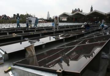 3月24日のオープンに向け太陽光パネルの設置が進む=ハウステンボス