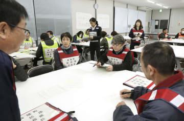 抜き打ちの参集訓練で、災対本部会議に集まった熊本県益城町の職員ら=8日午前7時ごろ